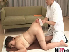尻を突き上げる熟女
