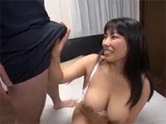 チンポを触る素人人妻