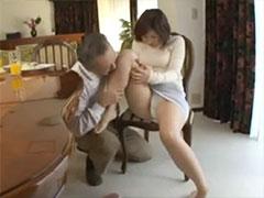 義父に足を舐められる